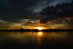 Cielo di sera alla riva del fiume Fotografia Stock Libera da Diritti