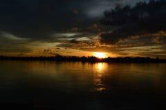 Cielo di sera alla riva del fiume Immagini Stock Libere da Diritti