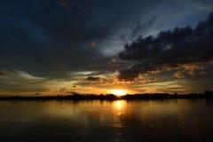 Cielo di sera alla riva del fiume Fotografia Stock
