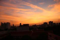 Cielo di sera con alta costruzione a Bangkok Fotografie Stock Libere da Diritti