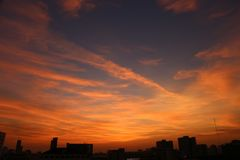Cielo di sera con alta costruzione a Bangkok Immagini Stock Libere da Diritti