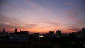 Cielo di sera con alta costruzione a Bangkok Fotografia Stock Libera da Diritti