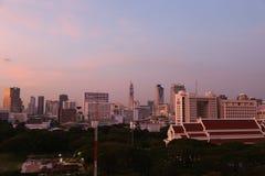 Cielo di sera con alta costruzione a Bangkok Immagine Stock Libera da Diritti