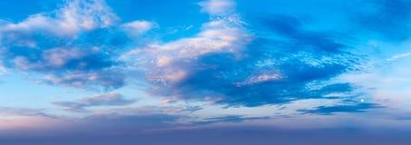 Cielo di sera con le nuvole fotografia stock libera da diritti