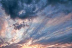 Cielo di sera con le nuvole drammatiche Fotografia Stock Libera da Diritti