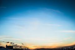 Cielo di sera con le siluette degli alberi e della luce solare Fotografie Stock Libere da Diritti