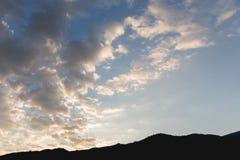 Cielo di sera e montagna della siluetta delle nuvole Fotografie Stock Libere da Diritti