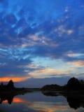 Cielo di tramonto in azzurro e nubi di rosa Immagini Stock Libere da Diritti
