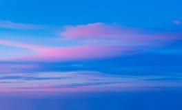 Cielo di tramonto con le nuvole drammatiche immagine stock libera da diritti