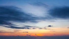 Cielo di tramonto con le nuvole drammatiche fotografie stock