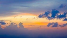 Cielo di tramonto con le nuvole drammatiche fotografia stock