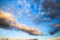 Cielo di tramonto con le nuvole drammatiche Fotografie Stock Libere da Diritti