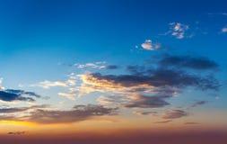 Cielo di tramonto di sera con le nuvole fotografie stock