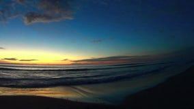 Cielo di tramonto e spiaggia Carlsbad California di Ponto del mare 2 stock footage