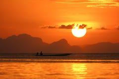 Cielo di tramonto nel lago Songkhla, Tailandia. Fotografie Stock Libere da Diritti
