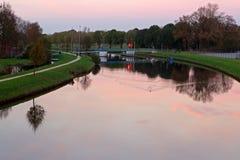 Cielo di tramonto sopra il canale Fotografie Stock
