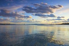 Cielo di tramonto sopra il mare immagini stock libere da diritti