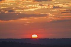 Cielo di tramonto sopra l'alta montagna Fotografia Stock