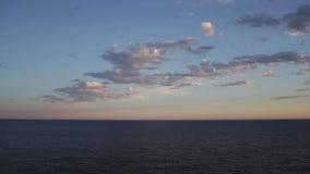Cielo di tramonto sopra l'orizzonte di mare archivi video