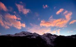 Cielo di tramonto sopra le montagne dell'Himalaya fotografia stock libera da diritti