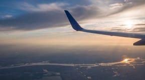 Cielo di tramonto sull'aeroplano, finestra piana, sopra Kiev l'ucraina immagine stock
