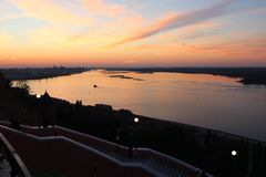 Cielo di tramonto sullo Strelka fotografia stock libera da diritti