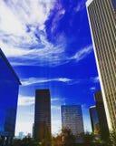 Cielo di vista della città in pieno delle nuvole Immagini Stock
