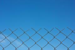 Cielo dietro la rete fissa fotografia stock