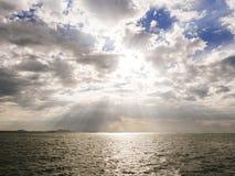 Cielo dramático Aurora Scenic con paisaje del océano Imágenes de archivo libres de regalías