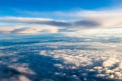 Cielo dramático colorido con la nube en la puesta del sol foto de archivo libre de regalías