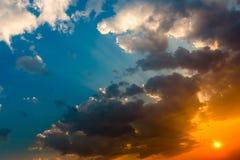 Cielo dramático colorido con la nube en la puesta del sol Imagen de archivo