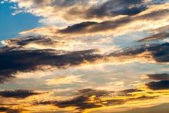 Cielo dramático colorido con la nube en la puesta del sol Imagenes de archivo