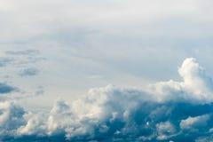 Cielo dramático colorido con la nube en la puesta del sol imagen de archivo libre de regalías