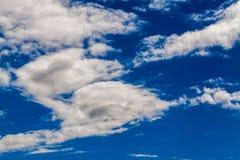 Cielo dramático colorido con la nube en la puesta del sol imágenes de archivo libres de regalías