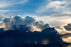 Cielo dramático colorido con la nube en la puesta del sol fotografía de archivo