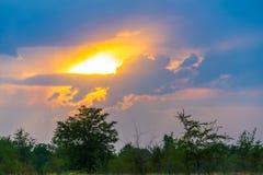 Cielo dramático colorido con la nube en la puesta del sol Fotografía de archivo libre de regalías