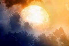 Cielo dramático con el planeta que brilla intensamente stock de ilustración