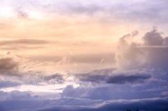 Cielo dramático con la nube y la puesta del sol colorida Imagenes de archivo