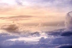 Cielo dramático con la nube y la puesta del sol colorida Imagen de archivo libre de regalías