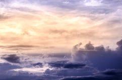 Cielo dramático con la nube y la puesta del sol colorida Foto de archivo libre de regalías