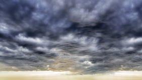 Cielo dramático con las nubes tempestuosas Imágenes de archivo libres de regalías