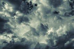 Cielo dramático con las nubes tempestuosas Foto de archivo libre de regalías