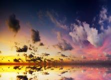 Cielo dramático con las nubes tempestuosas Imagenes de archivo