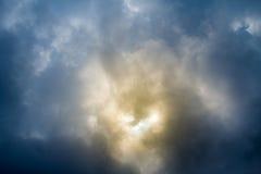 Cielo dramático con las nubes tempestuosas Cielo dramático con las nubes tempestuosas Imagenes de archivo