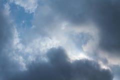 Cielo dramático con las nubes tempestuosas Cielo dramático con las nubes tempestuosas Foto de archivo libre de regalías