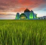 Cielo dramático de la exposición larga y mezquita roja de Selat Malaca de la puesta del sol Tan fotografía de archivo libre de regalías