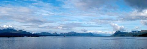 Cielo dramático de la mañana sobre un fiordo en Noruega Foto de archivo