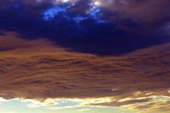 Cielo dramático de la puesta del sol con las nubes Fotografía de archivo libre de regalías