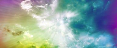 Cielo dramático de la puesta del sol con las nubes teñidas stock de ilustración