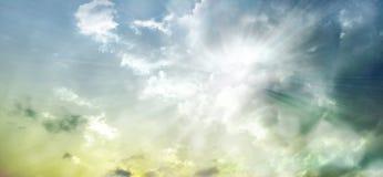 Cielo dramático de la puesta del sol con las nubes teñidas ilustración del vector